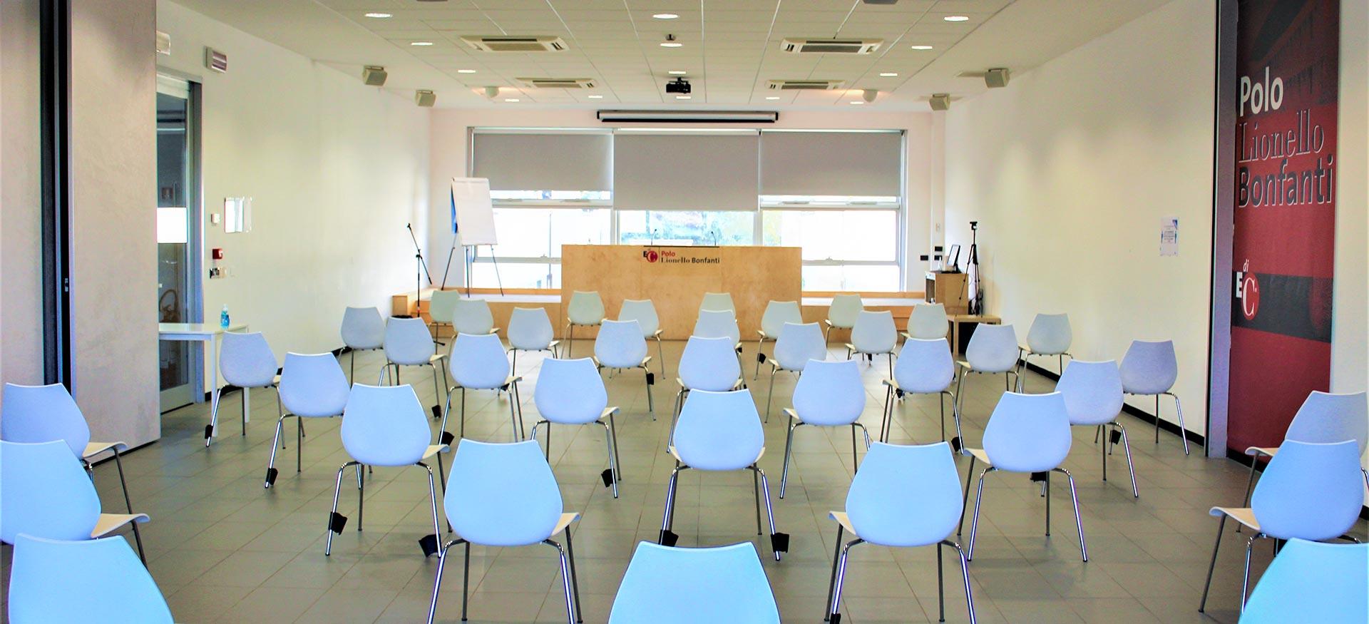 foto della sala conferenze in affitto al centro convegni con palco e sedie