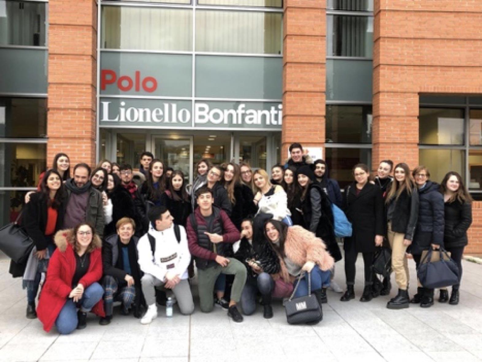 Foto di gruppo di una scolaresca davanti all'ingresso del Polo Lionello Bonfanti